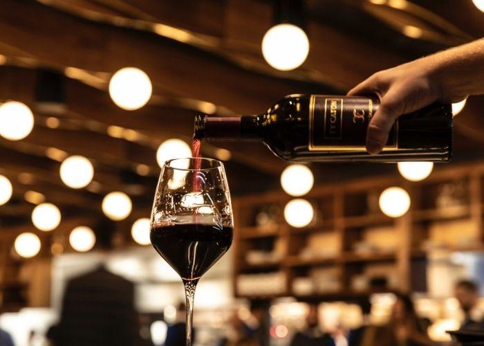 cách rót rượu vang đúng cách