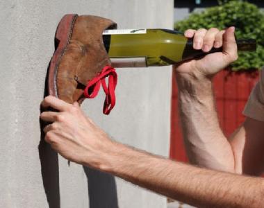 cách mở rượu vang không cần dụng cụ