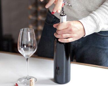 Mở rượu vang bằng đồ khui chuyên dụng