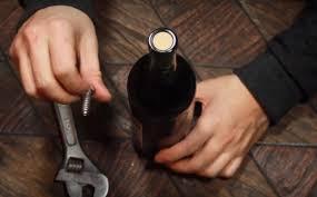 Dùng đinh để mở nút chai rượu vang