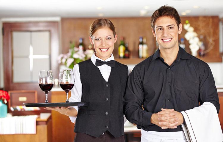 phục vụ rượu vang trong nhà hàng