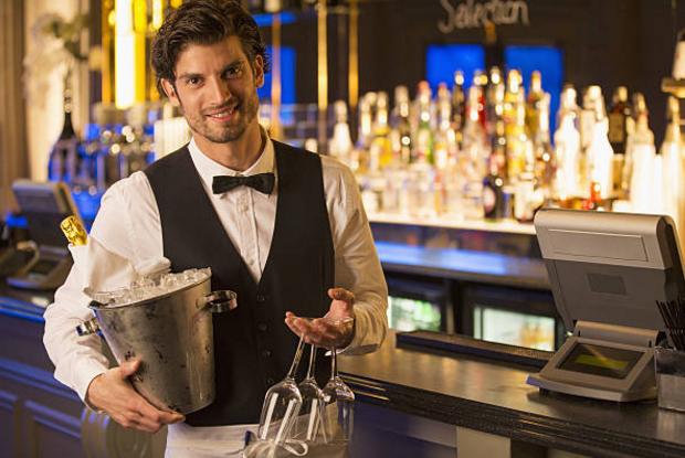 nhân viên chuẩn bị phụ vụ khách thưởng thức rượu vang